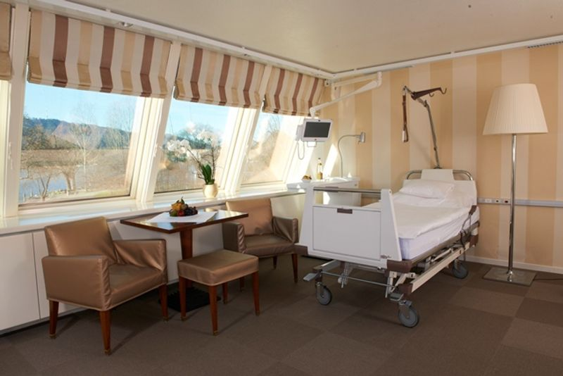 Professor - Burkhard  Rischke - Spine Center Rischke - patient room