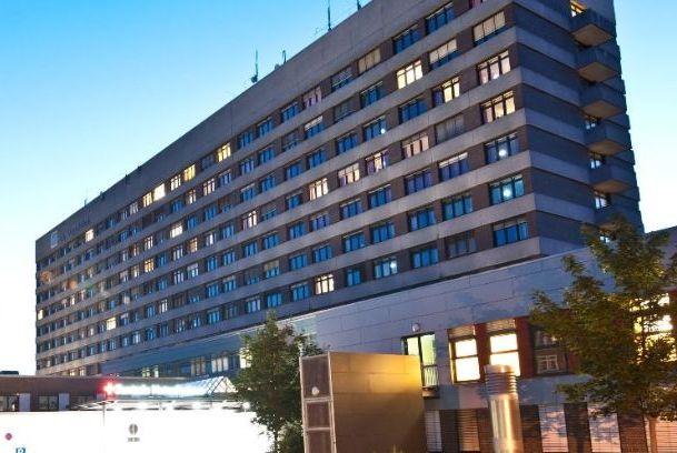 الدكتور - أوليفر هاينا - مستشفى أسقليبيوس فاندسبيك