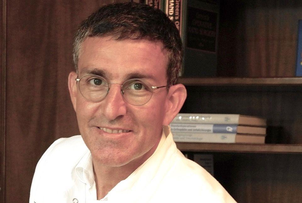 الاستاذ - إيرهان باساد - مركز المفاصل الصناعية للورك والركبة وكذلك جراحة المفاصل التنظيرية والتجديدية في مستشفى ATOS هايدلبيرغ