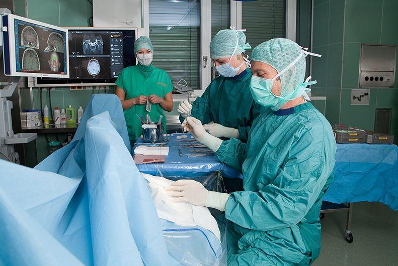 البروفيسور - أندرياس جروبر - مستشفى كيبلر الجامعي، المستشفى الجامعي لجراحة الأعصاب