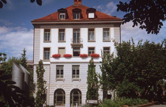 الاستاذ - لارس ي. فرينش - المستشفى الجامعي في زيوريخ - المنظر الخارجي