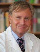 البروفيسور - ف. توماس كراوس، شهادة الزمالة من كلية الجراحة الأمريكية، ماستر إدارة الأعمال - جراحة الأمعاء - فرانكفورت/ماين
