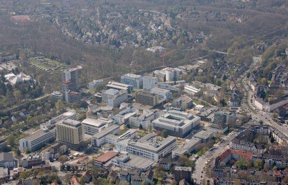 الاستاذ - بيتر هوير - المستشفى الجامعي في مدينة ايسن - أرضية المستشفى